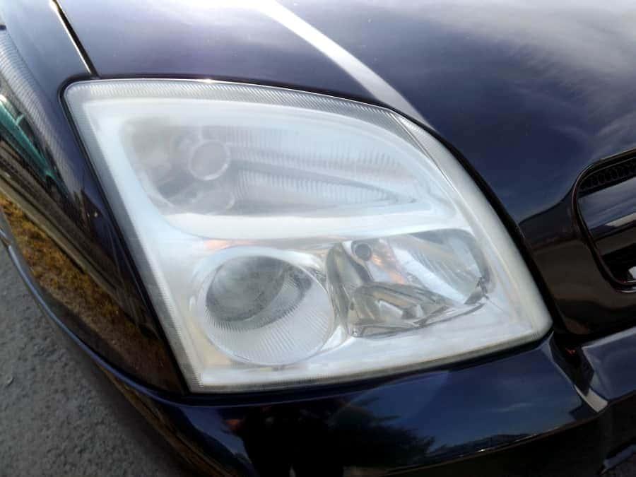zmatowiały-reflektor-samochodowy-opel