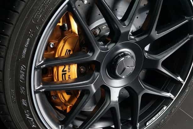 Ceramiczne hamulce modelu S63 AMG oraz felgi AMG.