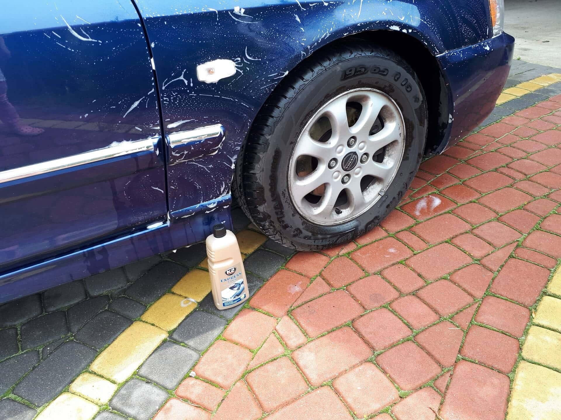 Mycie auta szamponem samochodowym.