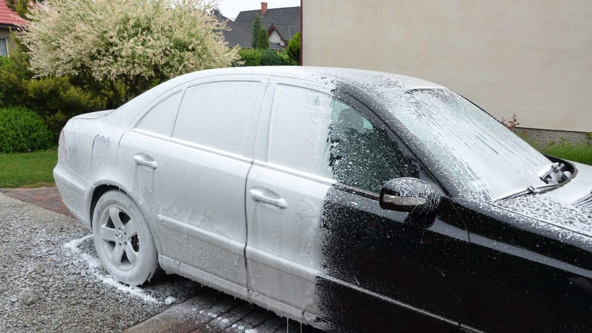 Mycie samochodu aktywną pianą