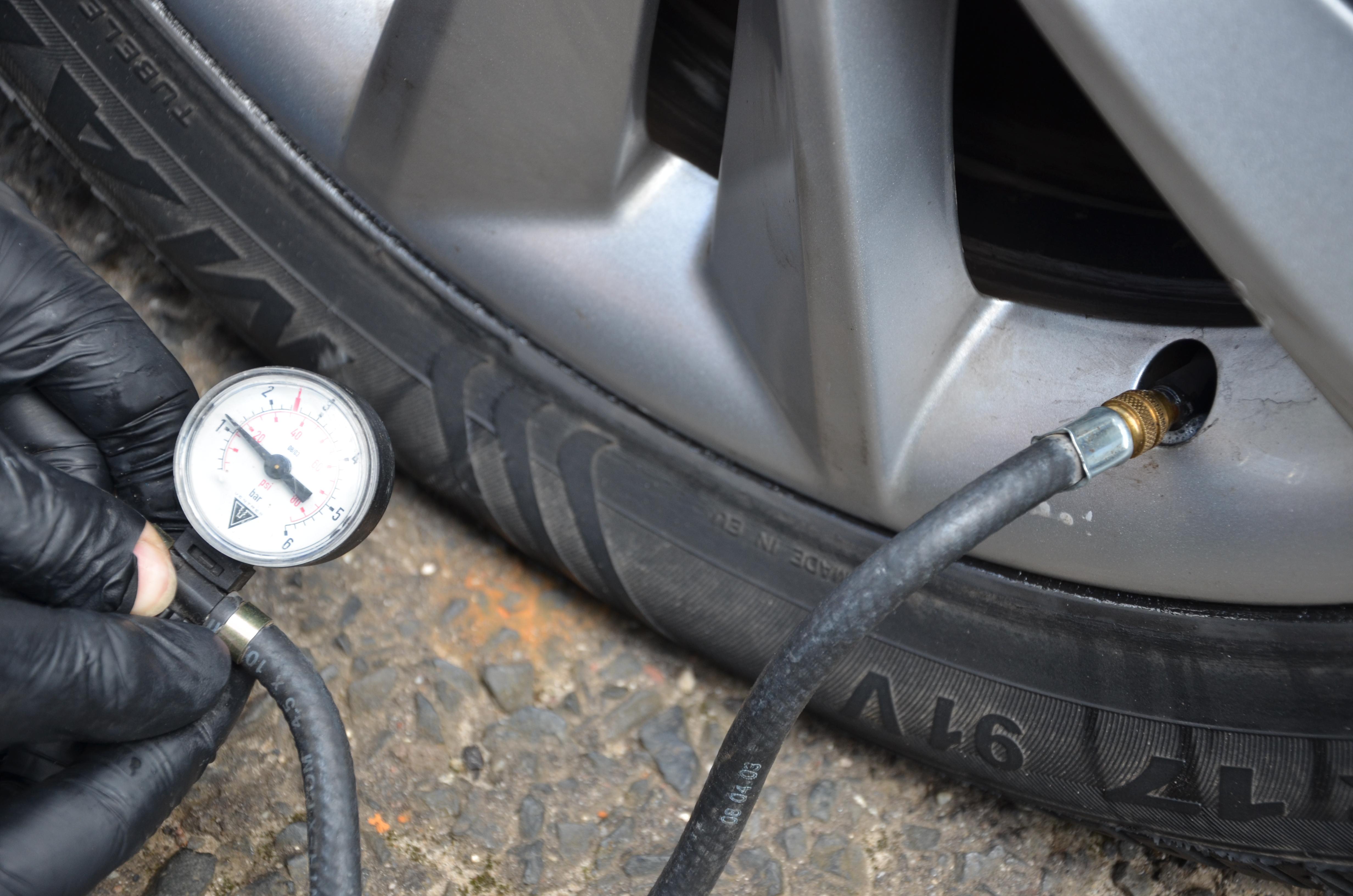 Mierzenie ciśnienia w kole
