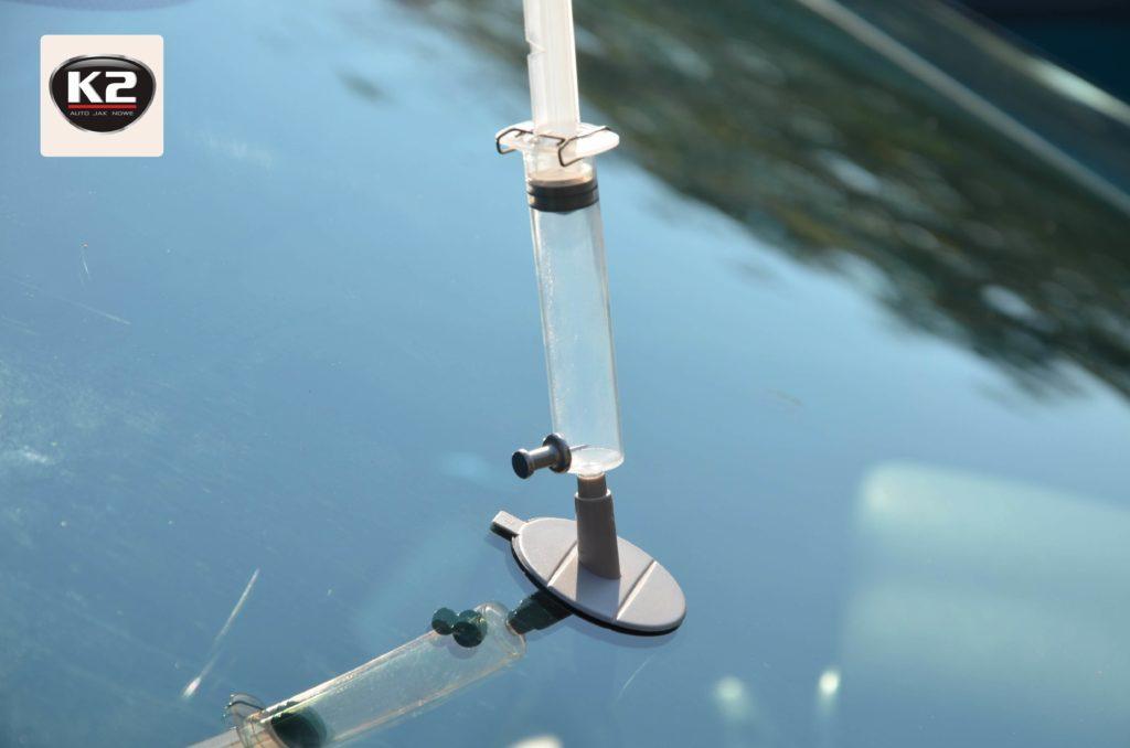 Użycie strzykawki do odessania żywicy przy użyciu K2 Glass Doctor