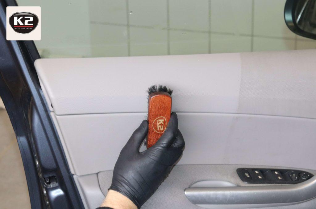 Czyszczenie drzwi samochodu szczoteczką