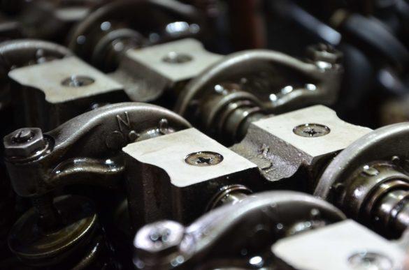 Zbliżony widok na silnik - Płukanie silnika przed wymianą oleju - poradnik