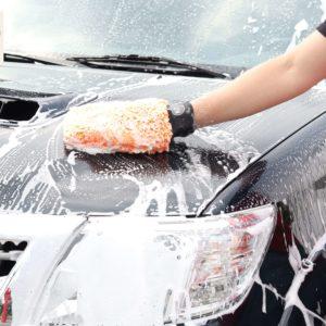 Mycie samochodu szamponem hydrofobowym