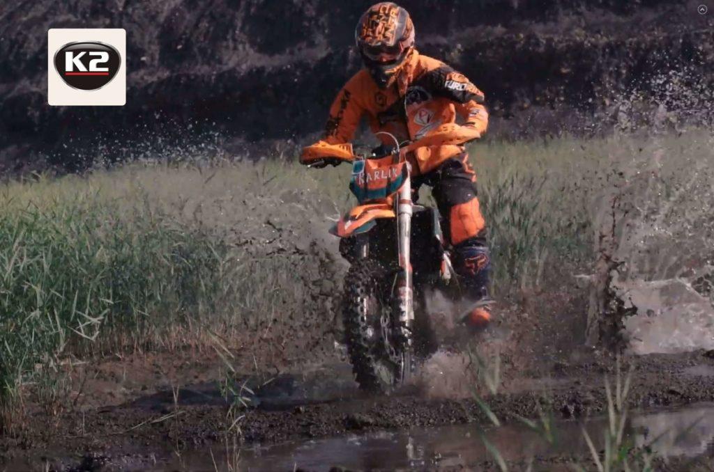 Smarowanie łańcucha w motocyklu terenowym