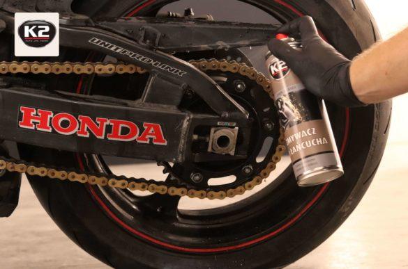 Czyszczenie łańcucha w motocyklu zmywaczem do łańcucha K2