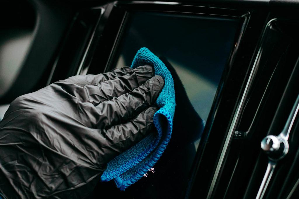 Polerowanie ekranu w samochodzie