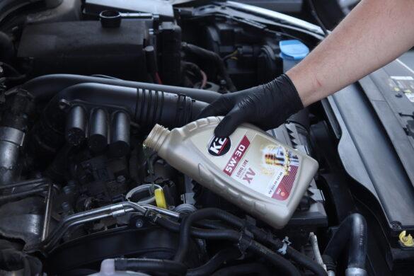 wlewanie oleju do silnika