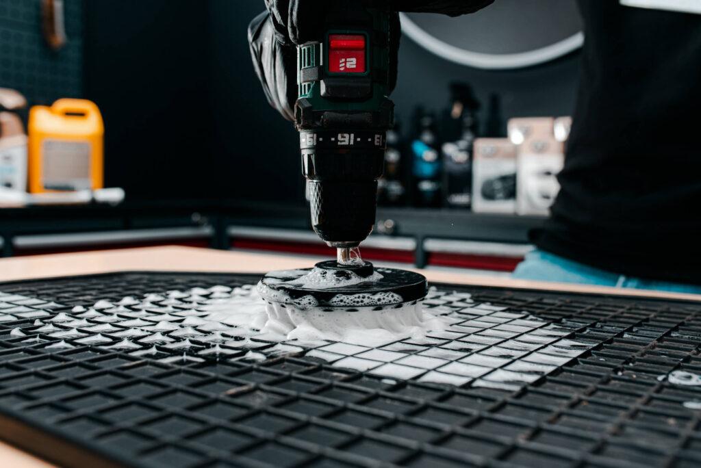 czyszczenie dywanikow gumowy z pomoca k2 brill szczotki na wiertarke